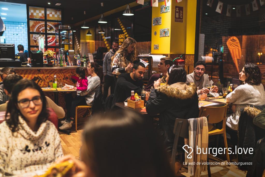Gente sentada dentro del restaurante de Taxi Angus en Misericordia en una quedada de burgers.love la web de valoración de hamburguesas