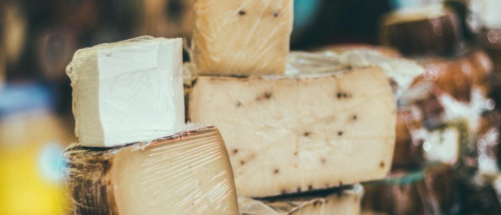 Exposición de varios quesos de diferentes orígenes