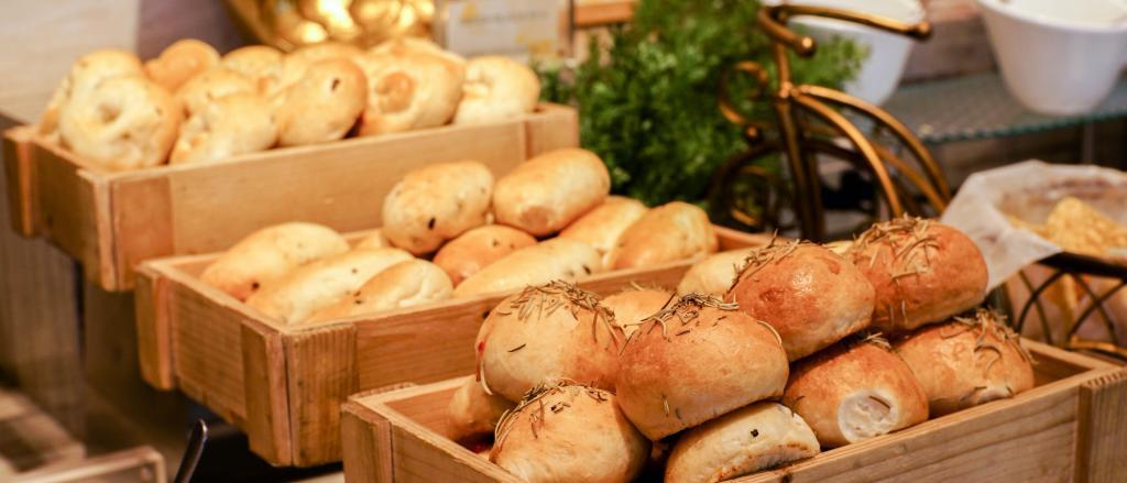 Varias cajas de una panadería llenas de pan de distintas formas y tamaños