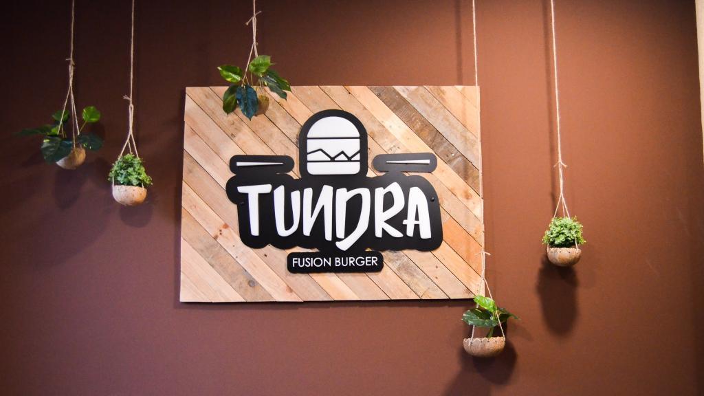 Pared del restaurante Tundra Fusión Burger con el logo del restaurante